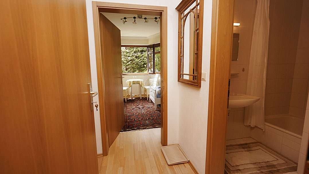 Separate entrance to the studio with a small hallway, bathroom and living-/bedroom